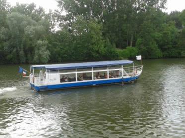 Photo d'un bateau de croisière sur l'Oise à port Cergy vue de la rive