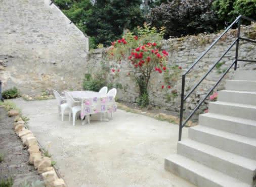 Cour extérieur avec accès au gîte par l'escalier. Salon de jardin à disposition.