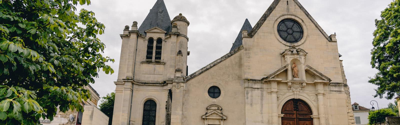 Parvis de l'église Saint-Acceul