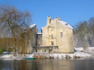 Photo du château de la chasse ou pavillon de la chasse en forêt de Montmorency sous un manteau neigeux en plein hiver
