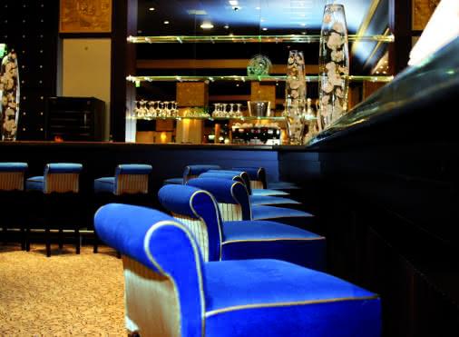Salle de jeux et son bar