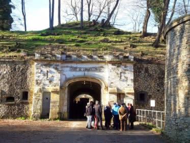 Photo d'un groupe de visiteurs devant l'entrée du fort de Cormeilles