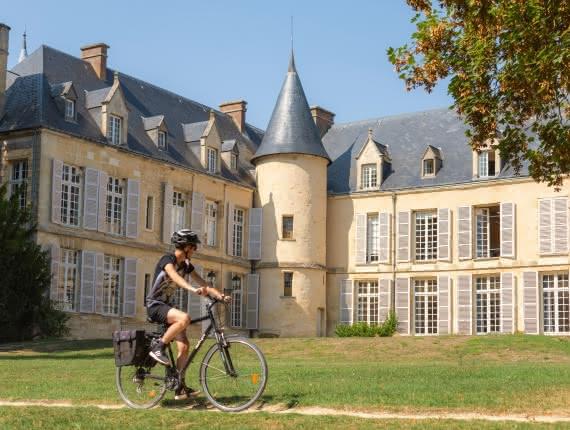 Photo d'un cycliste passant dans le parc de la maison du parc à Théméricourt dans le Vexin