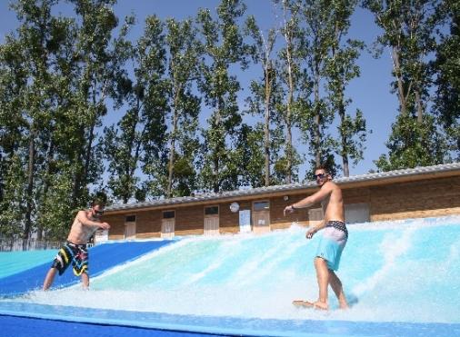 Avec la vague à surf, profitez de 256m² de glisse