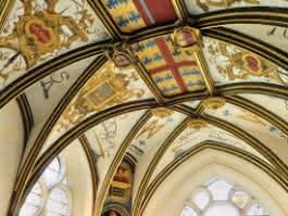 Photo du plafond coloré aux armoiries des rois de France ayant séjournés au Château d'Ecouen, actuel musée national de la Renaissance