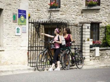 Photos de deux cyclistes devant un gîte de France labellisé Accueil vélo