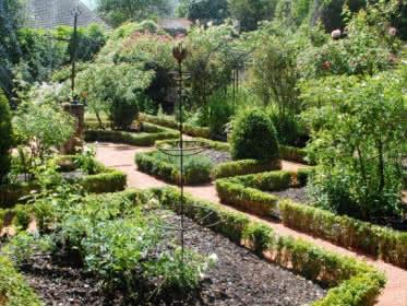 Photo prise dans le jardin du musée de l'outil à Wy dit Joli Village dans le Parc Naturel du Vexin Français