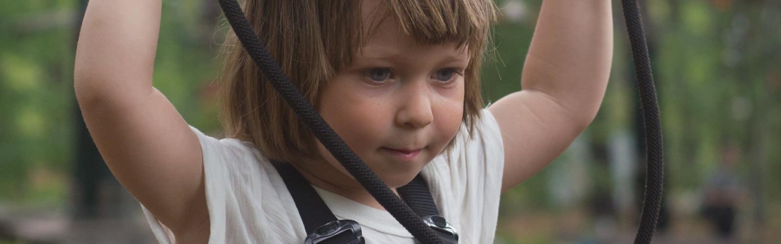 Jeune enfant dans un parc accrobranche