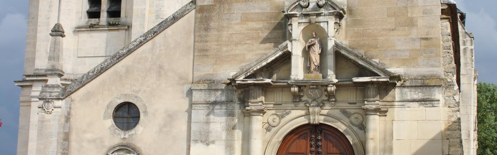façade donnant sur la place de l'église.
