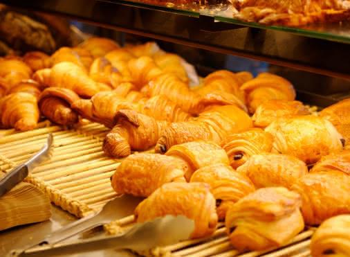 viennoiserie: pains au chocolat et croissants