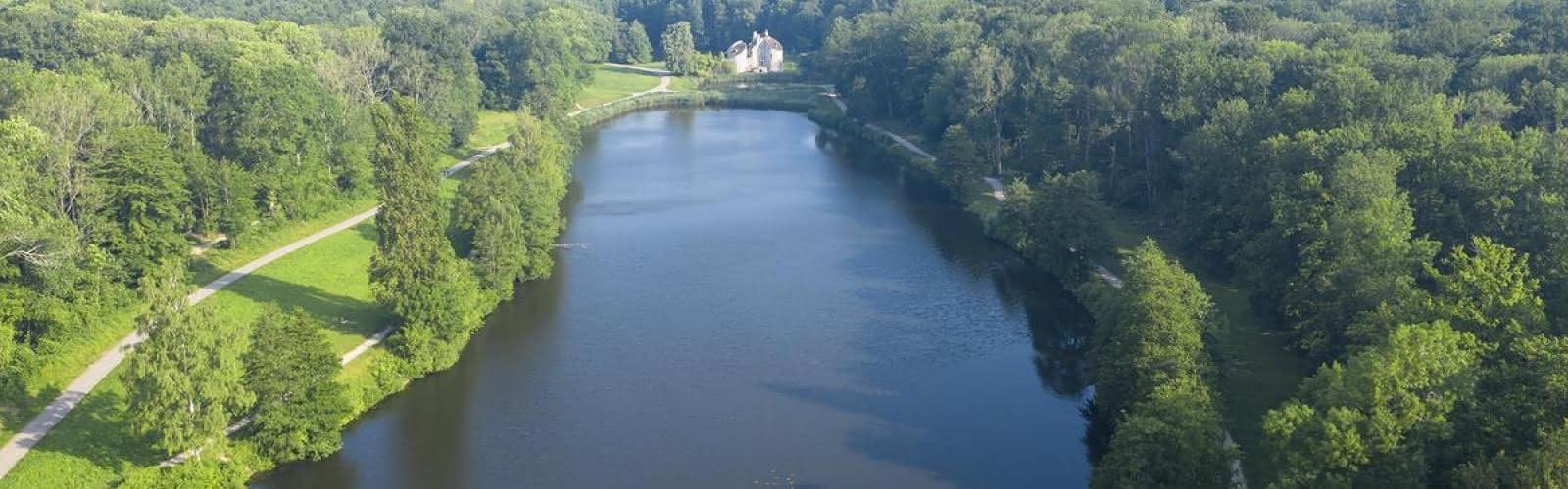 Vue sur le Château de la Chasse et ses étangs es étangs en forêt de Montmorency