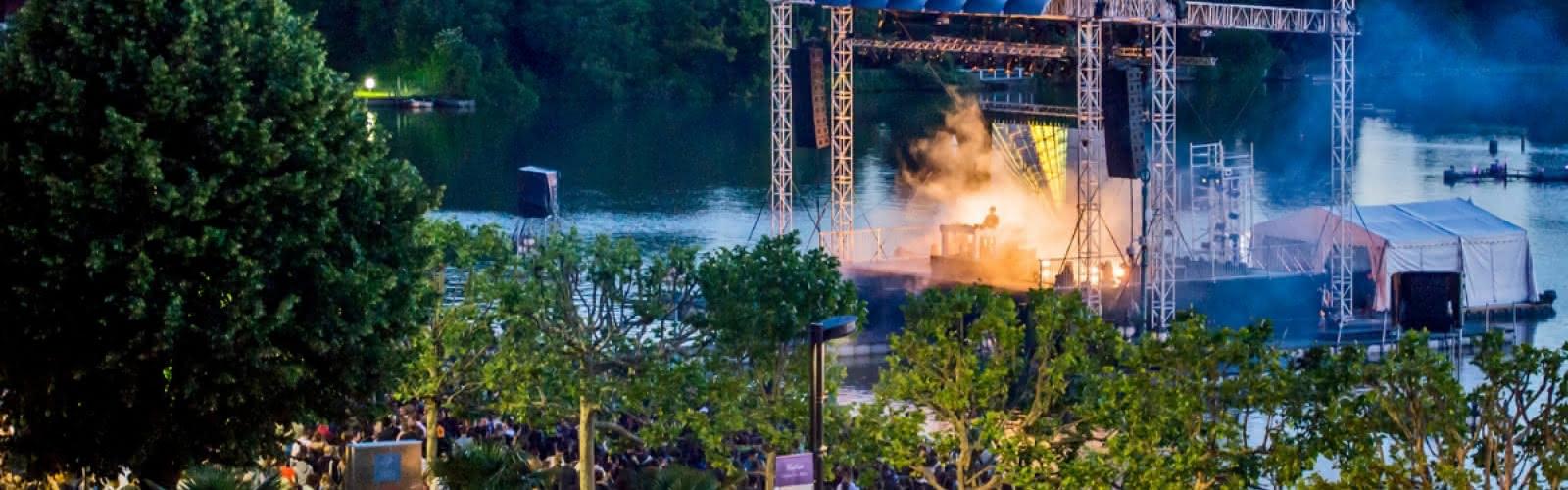 Concert sur la scène flottante lac d'Enghien-les-Bains