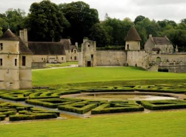 Photo d'une partie du parc de Villarceaux, jardin à la française et d'un des bâtiments les plus anciens du château