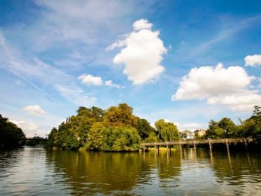Photo de l'Isle Adam et de ses îles et ponts prise depuis un bateau sur l'Oise par beau temps
