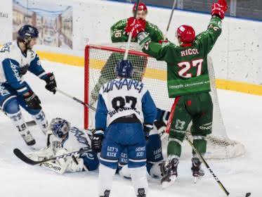 Photo montrant des joueurs de hockey des équipes des Jokers qui marquent un but contre Nantes à l'Aren Ice de Cergy