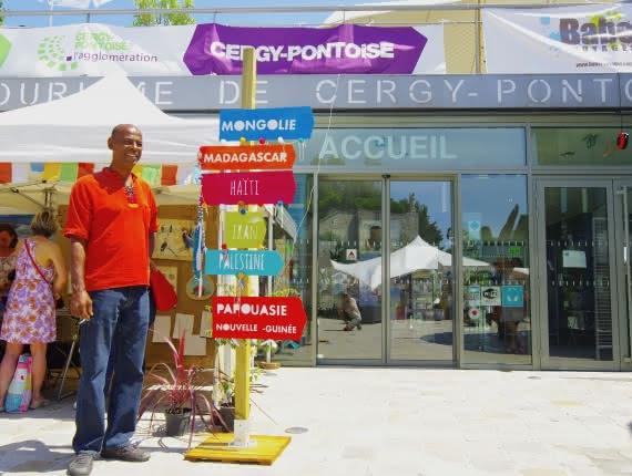 Cergy-Pontoise, ville multiculturelle autour d'une œuvre d'art monumentale