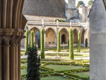 Photo du jardin prise du cloître de l'abbaye de Royaumont à Asnière-sur-Oise