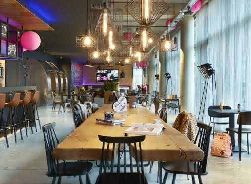 Hotel Moxy : communal table