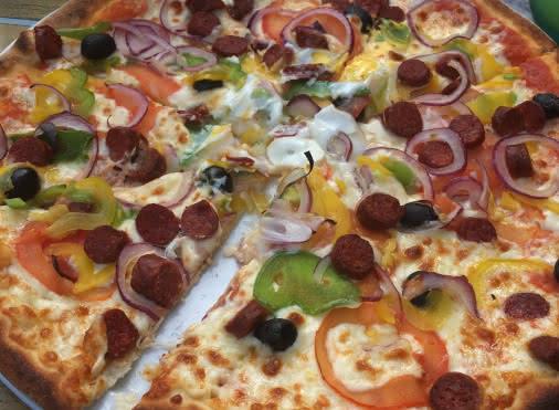 pizza tomates, poivrons, fromage, merguez, oignons
