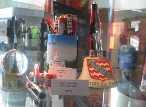 Babioles en vente (souvenirs visite à Paris et Roissy)