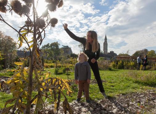 Garçon et sa mère découvrant la flore de Royaumont