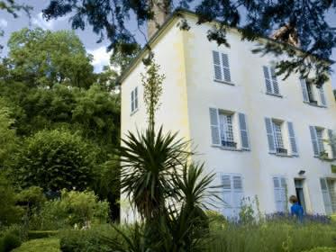 Photo prise de l'extérieur de la maison du Dr. Gachet avec son jardin environnant à Auvers-sur-Oise