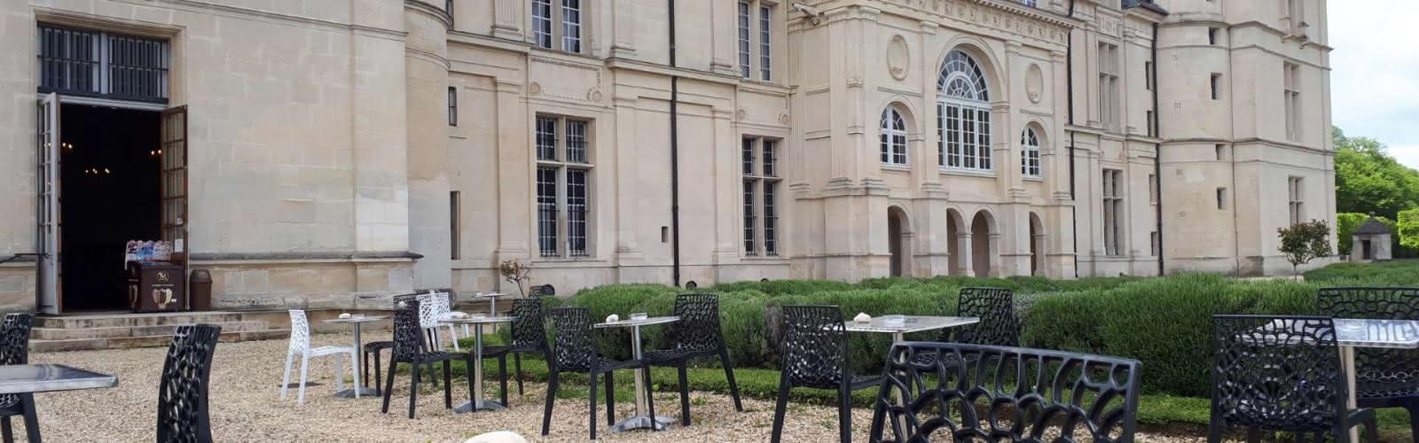 Terrasse et vue sur le château d'Ecouen