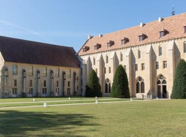 Photo extérieur de l'abbaye de Royaumont montrant une partie du parc devant l'entrée du bâtiment principal à Asnière-sur-Oise