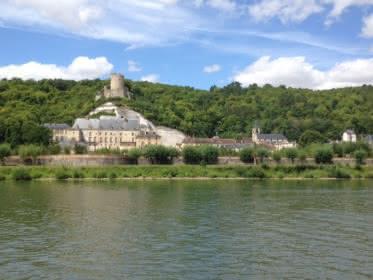 Vue des bords de Seine du château de la Roche-Guyon
