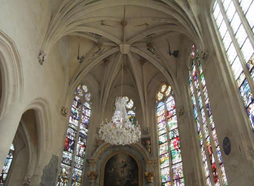 Toit de l'abside de l'église où on aperçoit très clairement des épées et des fourreaux représentant la fonction de chef des armées du Connétable, Anne de Montmorency, qui fit construire cette église. Sur les façades intérieurs, il y a aussi des vitraux appartenant à la période de la Renaissance française.