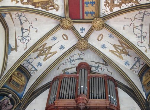 Décoration du plafond de la chapelle avec les initiales du connétable Anne de Montmorency (son blason initiales+ épée pour chef des armées du Roi) et un orgue au centre de l'image