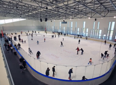 Photo de personnes faisant du patin à l'Aren'Ice patinoire de l'agglomération de Cergy-Pontoise