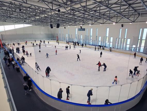 Photo de personnes faisant du patin à l'Aren'Ice patinoire de l'agglomération de Cergy-Pontoise