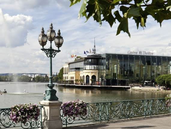 Photo des bords du lac d'Enghien avec son Casino en toile de fond