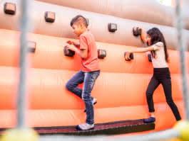 Photos d'enfants jouant dans un jeu gonflable à Sherwood Parc à Viarmes