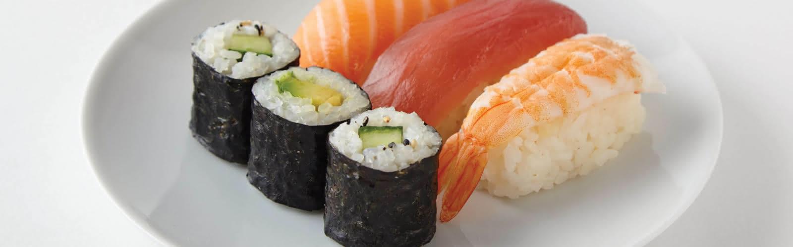 assiette blanche avec une composition de 3 maki et 3 sushi (deux saumon et un thon)