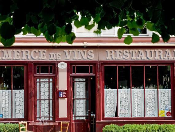 Photo de la devanture de l'auberge Ravoux appelée aussi Maison Van Gogh à Auvers sur Oise où vécut le peintre, avec une table et des verres dressés