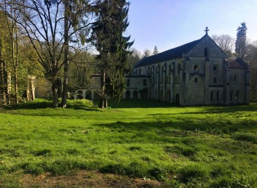 Vue sur le côté de l'Abbaye du Val