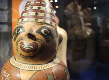 Photo d'oeuvres pour l'exposition Des Mochicas aux Incas au musée archéologique du Val d'Oise