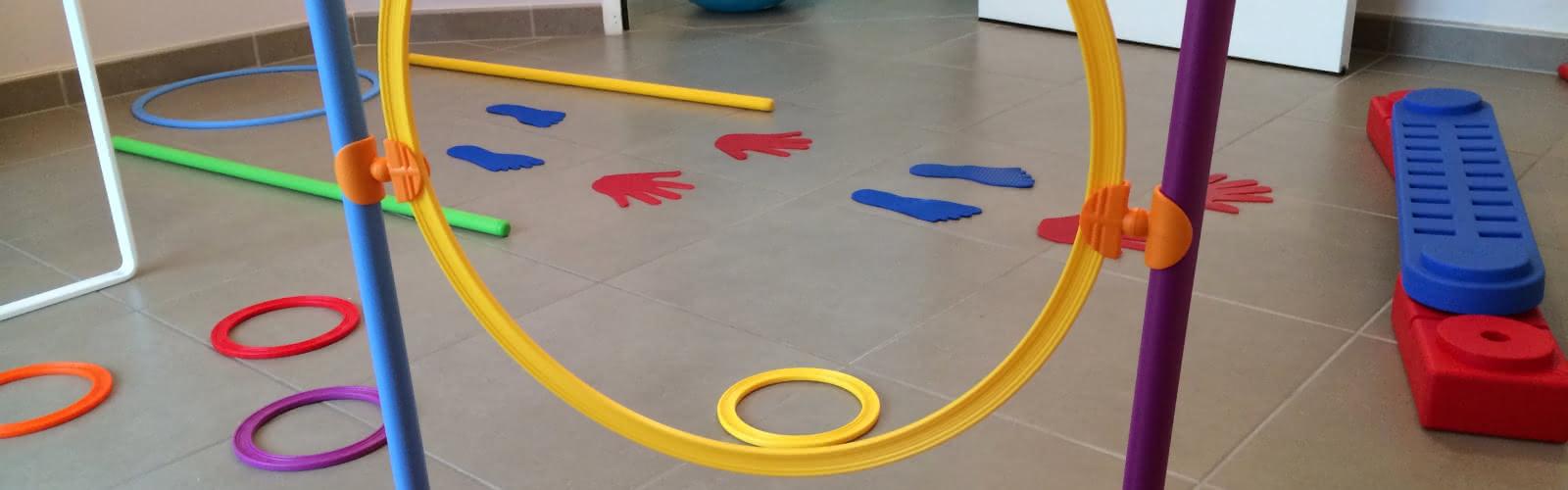 Plusieurs cercles, pieds et mains en plastique de différentes couleurs sur le sol