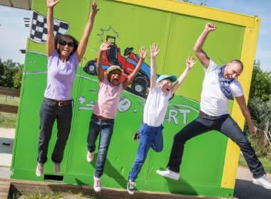 Photo d'une famille sautant de joie au parc aventure land dans le Vexin