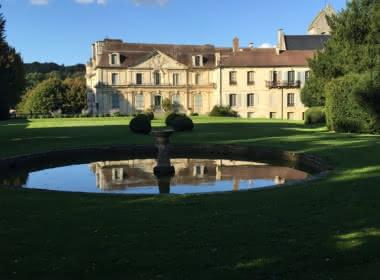 Photo de la façade Sud du château d'Ambleville dans le Parc Naturel Régional du Vexin Français, parc du château ainsi que l'un des bassins du jardin