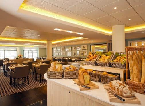 intérieur du restaurant le Park à Roissy avec en premier plan à droite un self service avec du pain, des viennoiseries, de la brioche