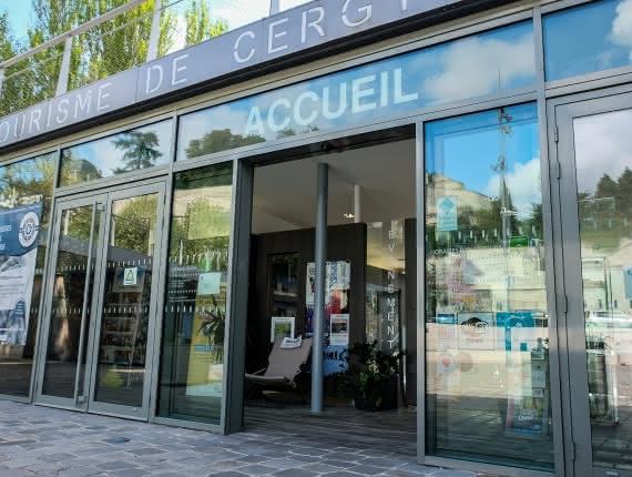 Photo de l'entrée de l'accueil de l'office de tourisme de Cergy Pontoise