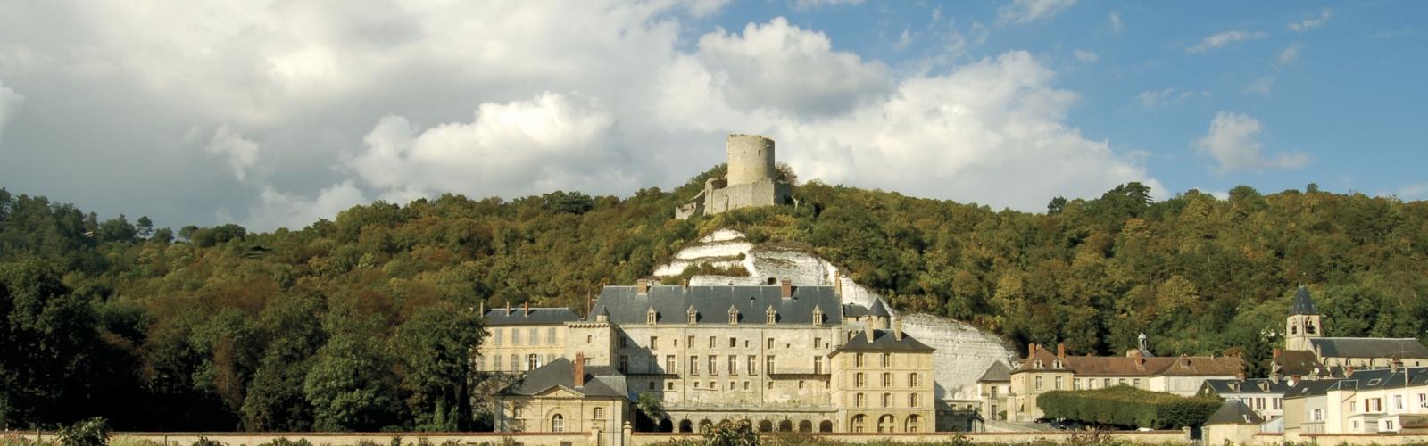 Vue d'ensemble du Château de La Roche-Guyon depuis le potager
